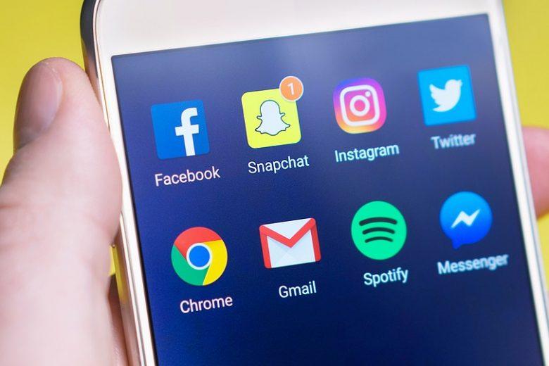 """Scuola, Ministro Fedeli: """"Smartphone in aula facilita l'apprendimento"""""""