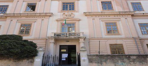 Palermo, preside vieta le preghiere a scuola: si protesta col crocefisso al collo