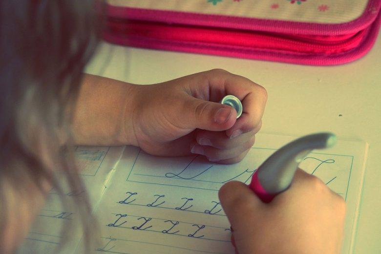 """Scuola, ministro Bussetti: """"Riflettere sul carico di compiti durante le vacanze"""""""
