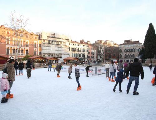 Venezia, le piste di pattinaggio sul ghiaccio sono le consuete protagoniste dell'inverno