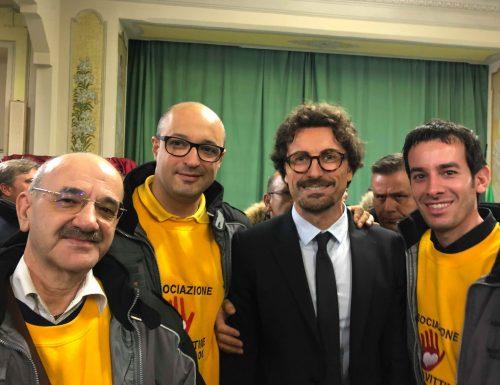 Il ministro Toninelli abbraccia commosso le famiglie delle vittime della S.S. 106