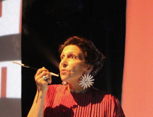 """""""Woman before a glass"""", la performance che ricorda gli ultimi anni di vita di Peggy Guggenheim"""