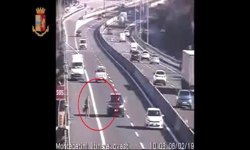 A11, guida il furgone in retromarcia e attraversa a piedi le corsie (VIDEO)